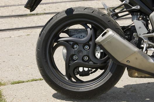 A motor egyik legszebb része a mesterien tekergő hátsó kerék