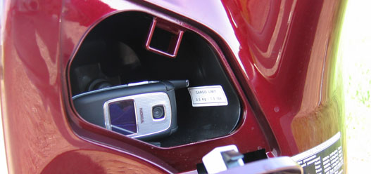Szivargyújtó-stekker a nem zárható kesztyűtartóban (mobil csak fél kilóig!)
