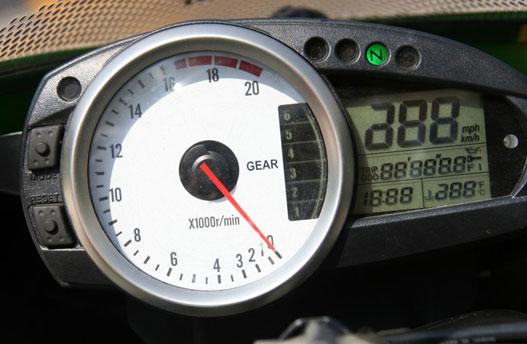 A sebességfokozat kijelző nem az igazi, mert a kis piktogramok nehezen leolvashatók