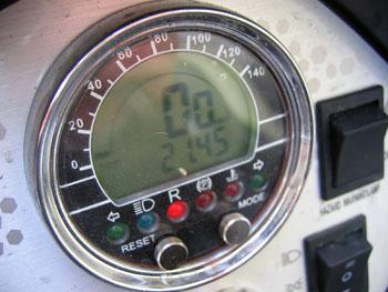 A sebességmérő grafikusan és jelez (a külső sáv nem fordulatszámot mutat)