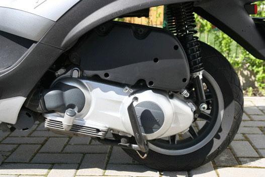 A sztender csak pár centit emeli meg a hátulját, így rálépve kisebb sofőrök is könnyen letámaszthatják a motort