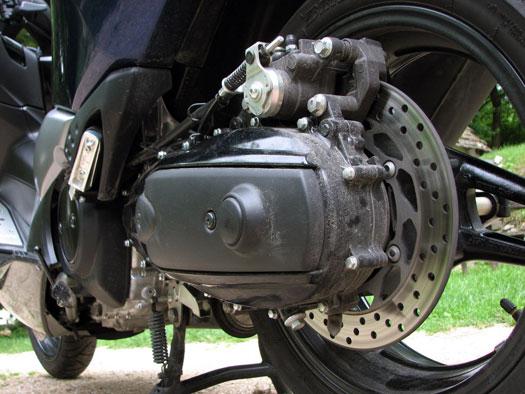 A hátsó fék is brutális, érdemes ABS-szel venni