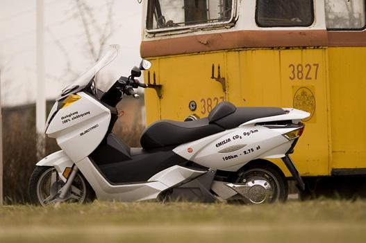 A Magyar Autóklub újpesti tanpályáján találtuk ezt a kiszuperált, 3827 számú, UV típusú villamos motorkocsit