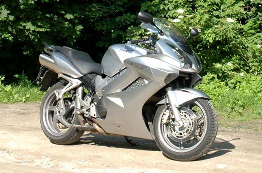 Az autóknál már régóta alkalmazott VTEC szelepvezérlő rendszert a motorkerékpárok között először a VFR800-ba építették be.