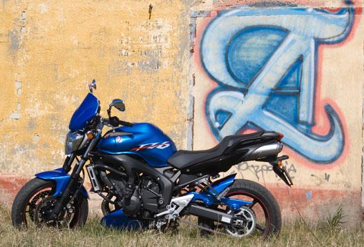 A Yamaha FZ6N S2 hirtelen kék színben