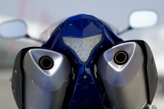 Cápafog alakú hátsó lámpa, üvöltve vigyázza a két kipufogó