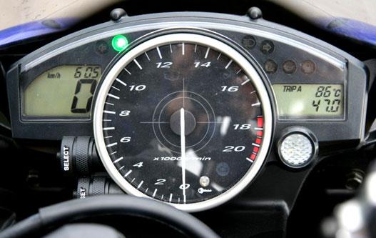 Jól jönne egy sebességfokozat kijelző és egy benzintank műszer is