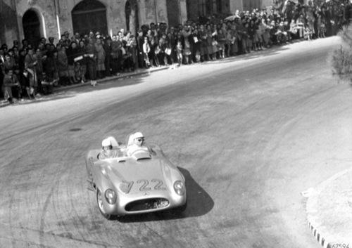 Stirling Moss és Denis Jenkinson az 1955-ös Mille Miglián egy Mercedes-Benz 300SLR-ben Ravennán áthaladva. Forrás: Wikipédia