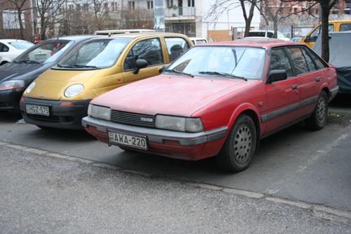 Mazda 626 a parkolóban. Fotó: Csikós Zsolt