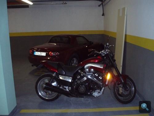 Bordó Mazda MX-5 Roadster Coupé és a Winkler Yamaha VMaxa a Totalcar HQ garázsában. Fotó: Winkler Róbert