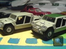 Két Lamborghini Cheetah játékautó, a háttérben egy Miura. Fotó: Oli