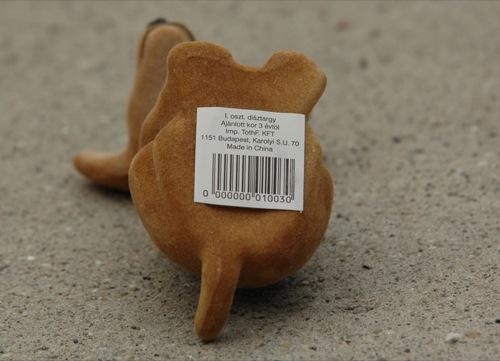 Bólogató kutya, 'I. oszt. dísztárgy' felirattal a fenekén