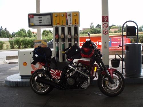 V-Max a benzinkútnál
