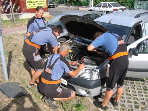 Vidám szakik a Dacia motortere körül
