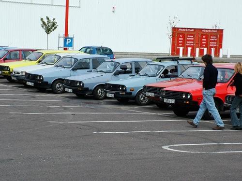 Régi Daciák egy parkolóban