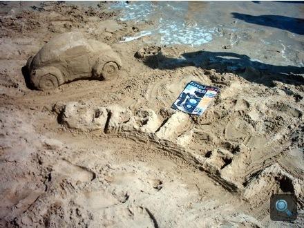 Homokból készült Totalcar logó Bibionében
