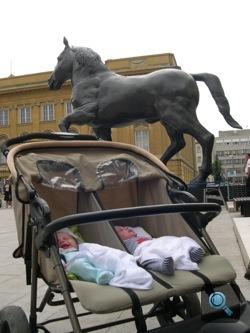 Az ikrek Debrecenben a Leonardo-ló előtt