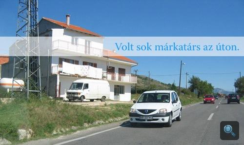 Fehér Dacia szedán az úton
