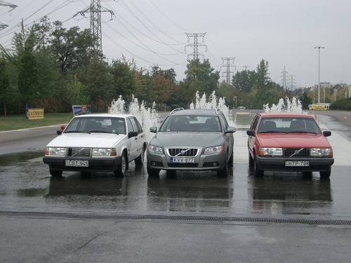 Három Volvo vízsugarak előtt