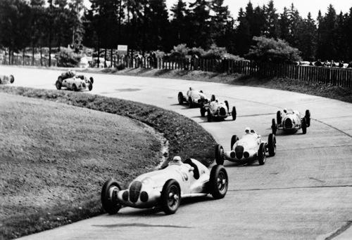 W125-ök az 1937-es német Grand Prix-n a Nürburgringen. Elöl Hermann Lang, mögötte a későbbi győztes Rudolf Caracciola, utánuk Bernd Rosemeyer az Auto Unionban. Forrás: Daimler Global Media Site