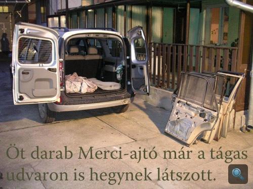 Merci-ajtók bepakolás előtt a Dacia mögött