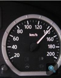 A Dacia sebességmérő kicsivel 140 fölött