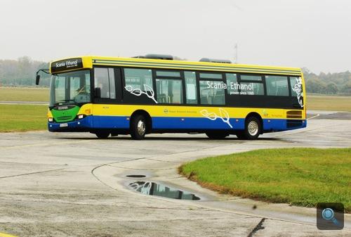 Kanyarodó Scania Omnilink E95 busz a nyíregyházi repülőtéren. Fotó: Égő Ákos