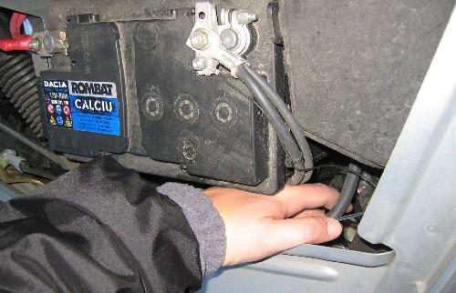 Szűk hely a Dacia első lámpája és az akku között