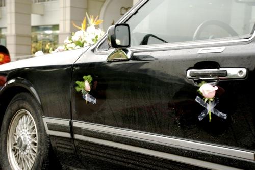 Rácelluxozott rózsákkal díszített Lincoln Town Car Pudong szívében
