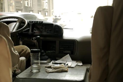 Áttetsző folyadékkal teli üveg egy kínai kisbuszban