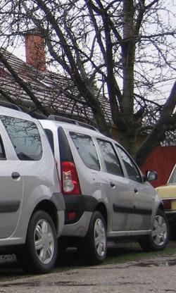 Balra a 86 lóerős új Dacia feneke, jobbra saját teszt-Daciánk