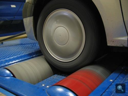 Az egyik Dacia teljesítménymérő padon, mérés közben