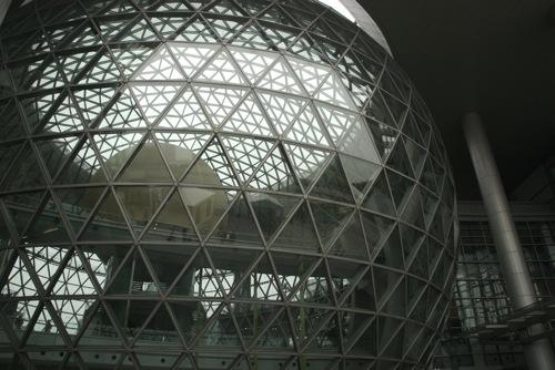 Üveg-acél földgömb a sanghaji Természettudományi és Technológiai Múzeum közepén