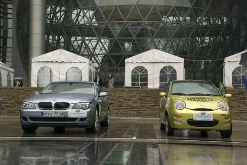 BMW Hydrogen 7 és Chery QQ a sanghaji Természettudományi és Technológiai Múzeum bejárata előtt