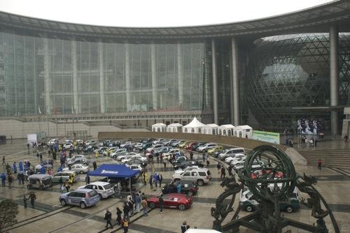 A Challenge Bibendum mezőnye a sanghaji Természettudományi és Technológiai Múzeum bejárata előtt