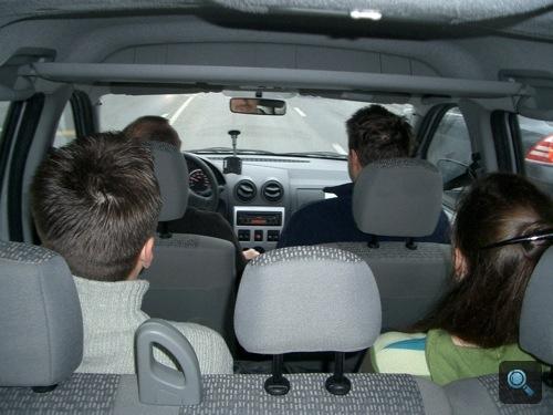 Egy csomó ember a Dacia Logan MCV-ben