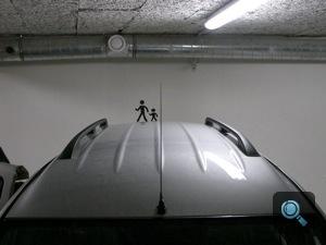 Logan MCV egy teremgarázs családi parkolójában