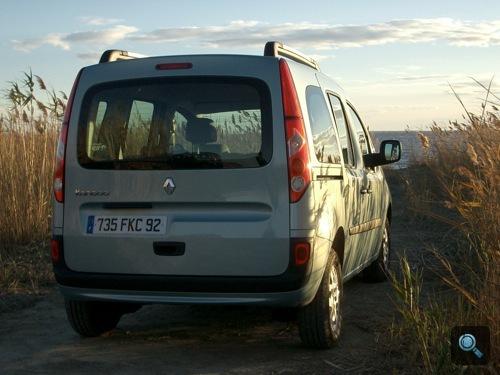 Renault Kangoo hátulról a Camargue-i tengerparton