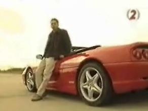 Nínó Karotta egy Ferrari F355 Spider mellett, a Totalcar TV hatodik adásában