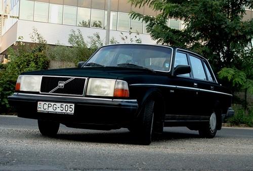 Fekete Volvo 240
