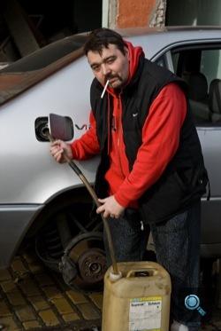 Bende Tibor benzint lop egy S600-as Merciből. Fotó: Fenyő Balázs