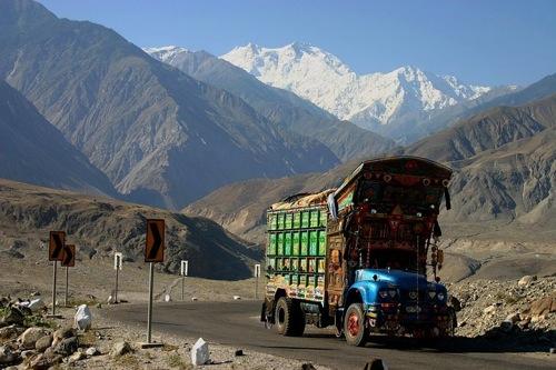 Teherautó a Karakoram Highwayen, a háttérben a Nanga Parbat. Fotó: blu sky/Flickr