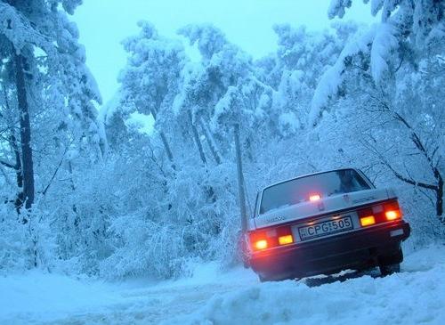 Anna Volvo 240-e a hóban. Fotó: Péter Anna