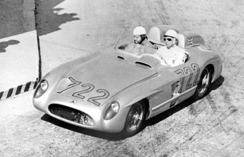 Stirling Moss és Denis Jenkinson a 722-es rajtszámú Mercedes-Benz 300SLR versenyautóban az 1955-ös Mille Miglián. Forrás: Daimler AG