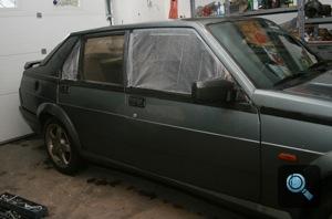 A szerző Alfa Romeo 75-je bűnözéstől betört ablakkal
