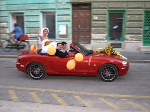 Piros Mazda MX-5, menyasszonnyal a nem létező hátsó ülésen. Fotó: rabasz