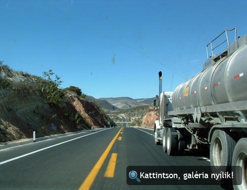 Tartálykocsi egy mexikói autópályán