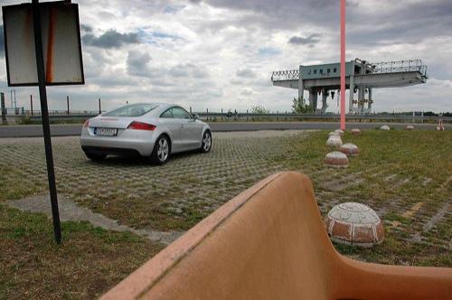Audi TT kupé a bősi gát előtt, visszahelyezett oszloppal. Balázs Viktor fotójából készítette: Rédly Tamás