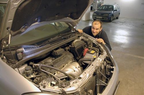 A szerző Toyota Avensis Versójának motorja mögött