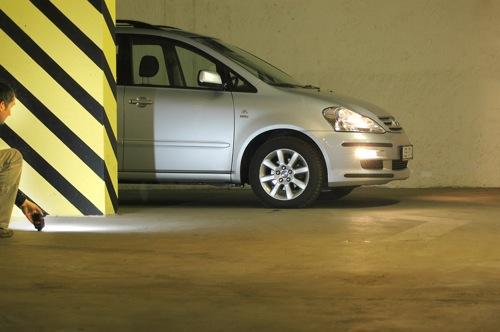 A szerző Toyota Avensis Versóját fényképezi